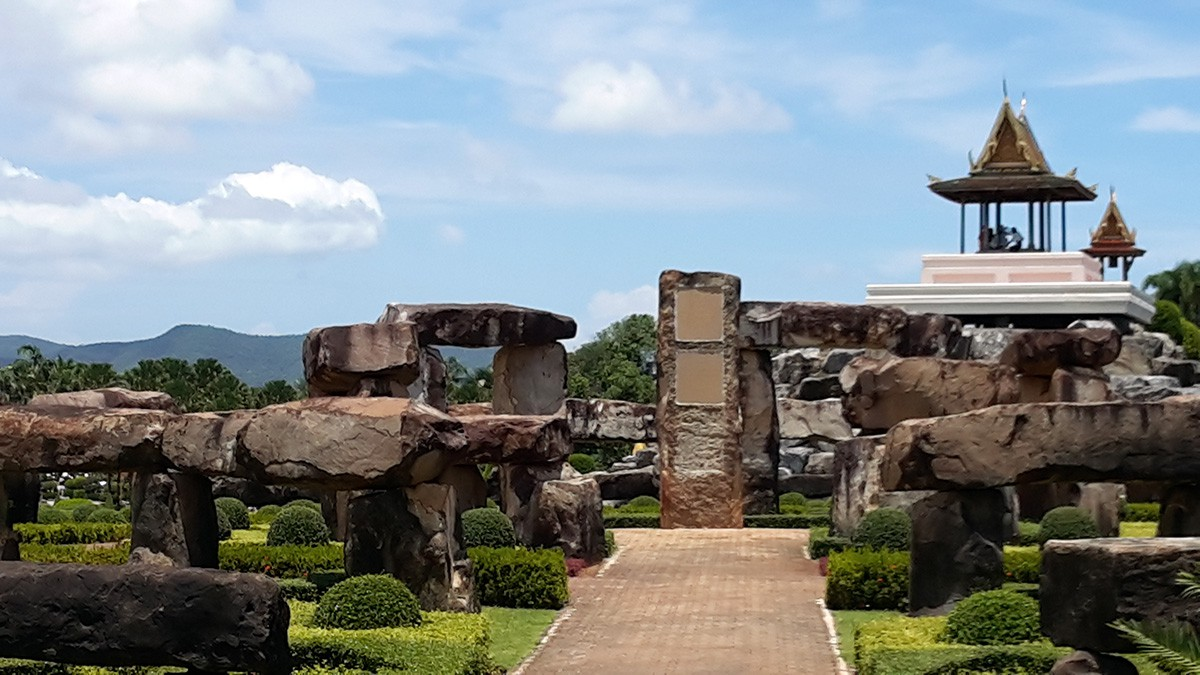 Nong---Stonehenge-garden